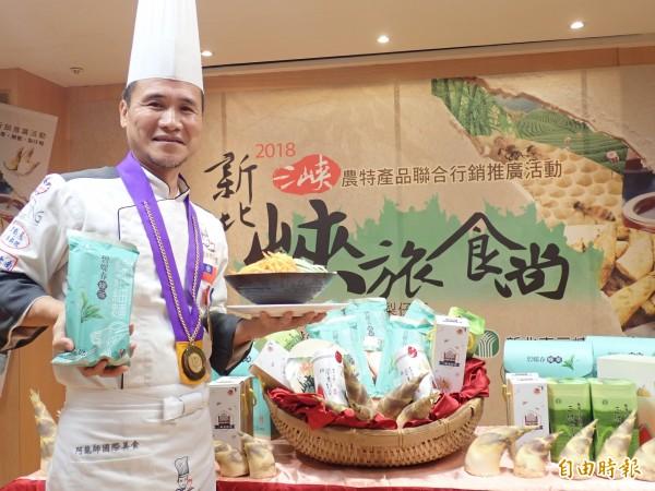 名廚阿龍師為「三峽農特產品聯合行銷推廣展售會」站台。(記者陳心瑜攝)
