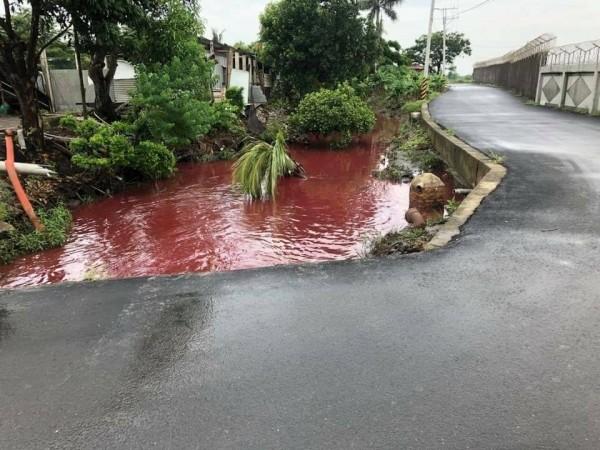 近台南空軍基地的機場路一處排水溝出現大量駭人的血紅色流水。(圖:取自雷公臉書)