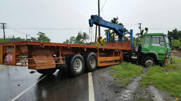 拖板車重踩煞車加上天雨路滑,「折甘蔗」車頭都已偏轉右後方,半個車身衝出車道。(記者陳彥廷翻攝)