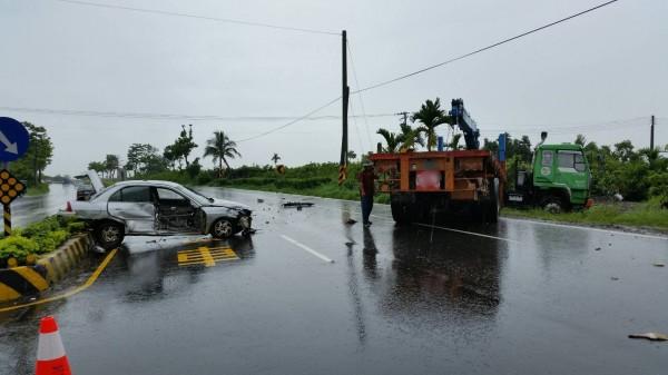 屏東戰備跑道南端發生嚴重車禍,拖板車攔腰撞上自小客車。(記者陳彥廷翻攝)