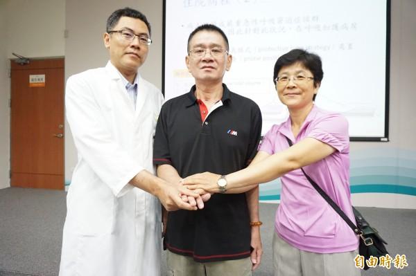 流感併發嚴重肺炎的許先生與太太感謝主治醫師徐國軒與醫療團隊救回一命。(記者蔡淑媛攝)
