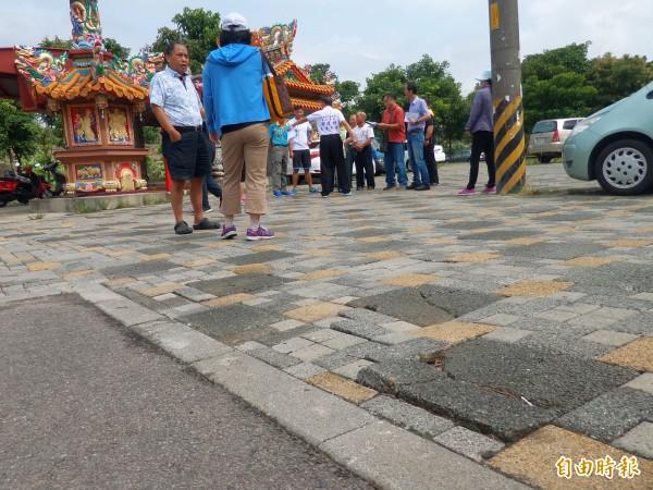 針對竹北市公29公園地磚鋪面殘破不堪,新竹縣政府和竹北市公所相關單位今天現勘,決議將盡快汰換地磚,並設置車阻。(記者廖雪茹攝)