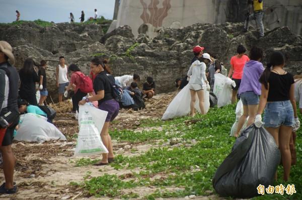 小琉球「愛龜淨灘接力賽」今年首場今天登場,大批淨灘客揮汗清除日前大雨沖來大批垃圾。(記者陳彥廷攝)