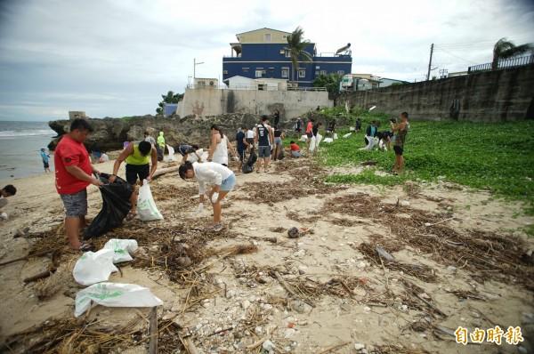 小琉球今年首場「愛龜淨灘接力賽」今天在白沙灘登場。(記者陳彥廷攝)