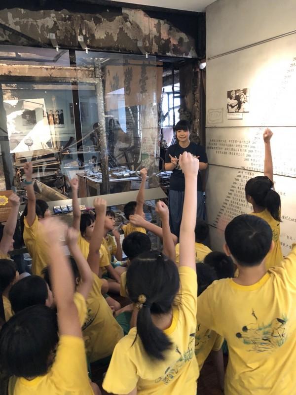 鷺江國小教師劉芳君、翁麗淑6月28日帶著學生至鄭南榕紀念館參觀展出的「查某人ê二二八」攝影展。(翁麗淑提供)