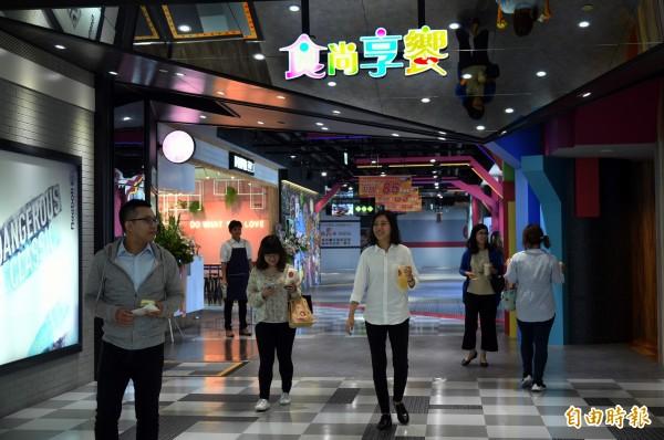 著重經營餐飲品牌的夢時代,耗資億元全面改裝藍鯨館6樓「食尚享饗」特區,讓消費者在享受美食之餘,也能在視覺上添加新穎的感官饗宴。(記者張忠義攝)