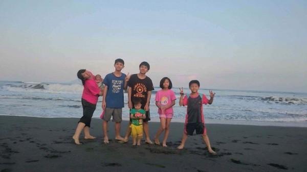 江孟芬的7個小孩。(江孟芬提供)
