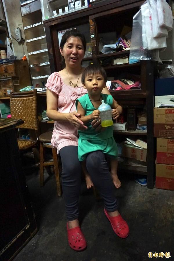 江孟芬懷著第8個小孩,2歲兒子小七常親吻她的肚子期待妹妹出生。(記者蔡淑媛攝)
