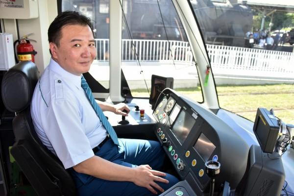 高雄市長許立明化身輕軌駕駛員,行銷輕軌的便利與舒適(記者王榮祥翻攝)