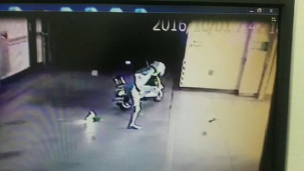 監視器拍下謝男跑到國民黨副主席郝龍斌於基隆市置產的社區內縱火畫面。(記者吳昇儒翻攝)