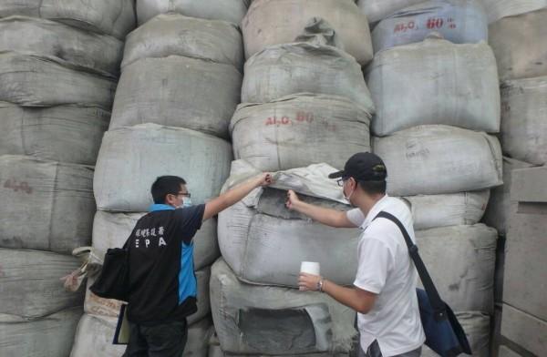 稽查人員對不明廢棄物進行採樣。(記者蔡清華翻攝)