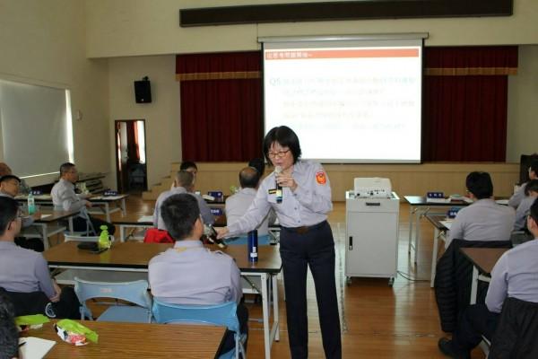 蕭惠珠每週三下午在分局舉行行動教室,花2小時替基層員警講述法規實務。(蕭惠珠提供)