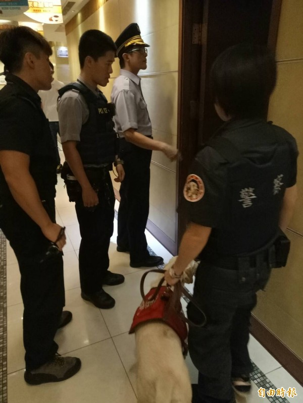 新竹市警二分局昨深夜執行「掃毒專案擴大臨檢」。(記者王駿杰攝)
