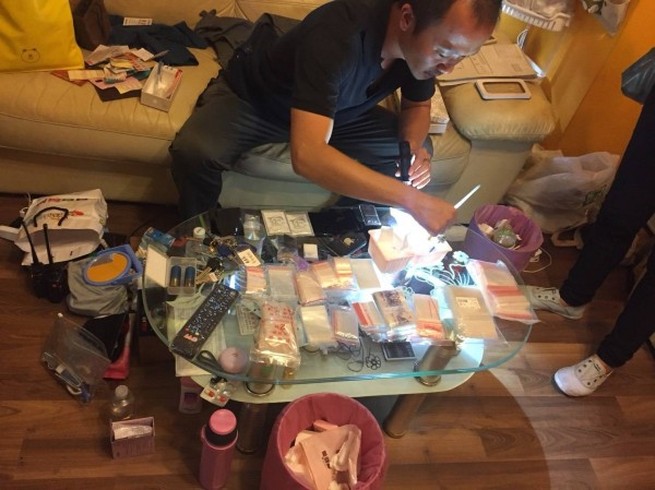 查獲大量準備販賣的毒品。(記者蔡清華翻攝)