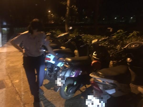 男童指認出媽媽平時騎的電動機車,順利找到回家的路。(記者魏瑾筠翻攝)