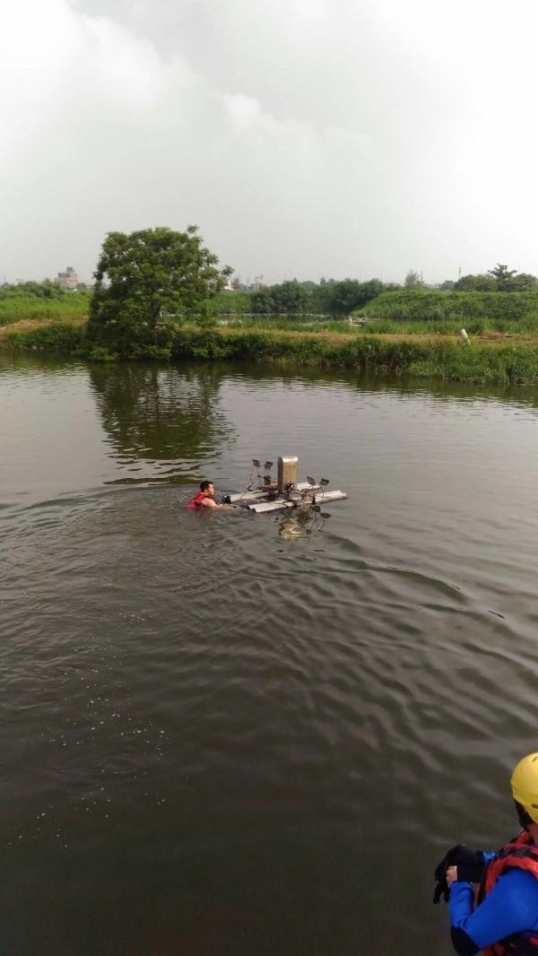 消防隊員著裝下水搜救溺水者。(嘉義縣消防局提供)