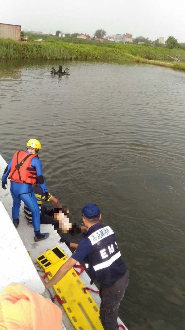 消防隊員尋獲溺水者,拉至岸邊。(嘉義縣消防局提供)
