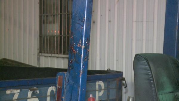 林男騎機車返家途中追撞堆高機,當場爆頭腦漿噴飛,堆高機鐵柱上有殘留腦漿與血液。(記者湯世名翻攝)