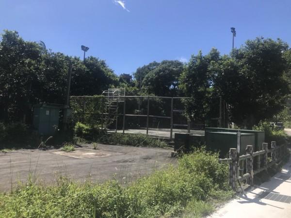 市議員候選人張錦豪與萬里里長黃克家商討後,建議可以將新隊址移到美崙籃球場。(記者吳昇儒翻攝)