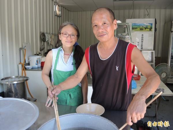 翁明宏鄭君夫婦兩人齊心經營「18號麵館」。(記者翁聿煌攝)