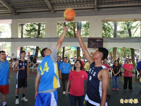 南投縣埔里鎮台灣之心籃球錦標賽今、明2天登場,吸引600多位籃球愛好者揮汗「尬球」。(記者佟振國攝)