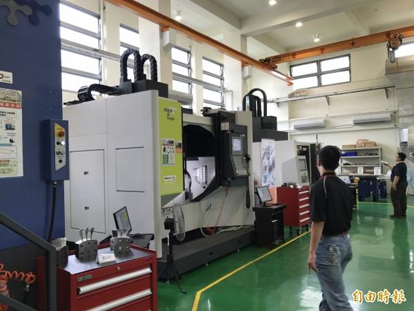 CNC工具機切削應用產業菁英訓練示範基地許多設備是全國唯一。(記者洪臣宏攝)