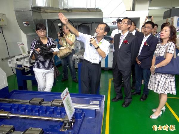 教育部次長姚立德(前右3)了解CNC示範基地運作狀況。(記者洪臣宏攝)