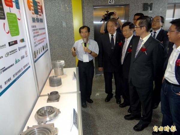 龔瑞璋(前左2起)、楊明州、姚立德、許智傑了解CNC示範基地運作情況。(記者洪臣宏攝)