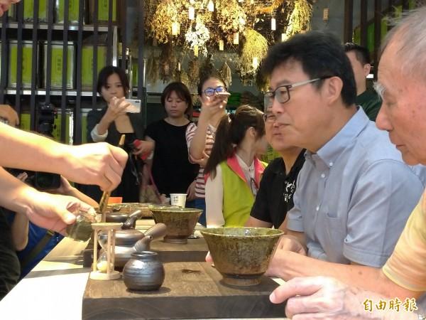 民進黨台北市長參選人姚文智走訪萬華區青草巷,品嚐青草茶。(記者蔡亞樺攝)