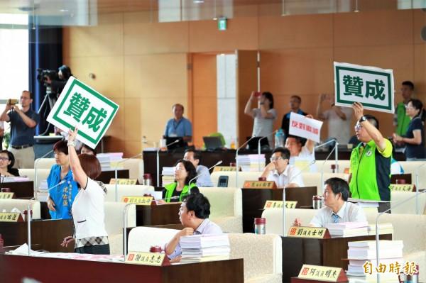 预算逐条表决时,蓝绿议员各自举牌表达立场。(记者张菁雅摄)