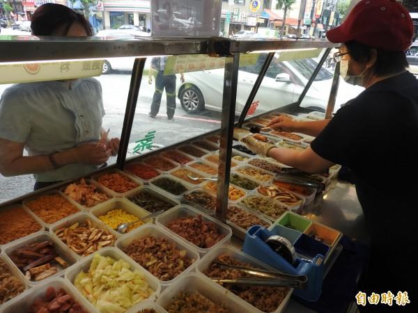 高雄傳香獨創自選式飯糰,健康米飯搭配葷、素60種配料。(記者方志賢攝)