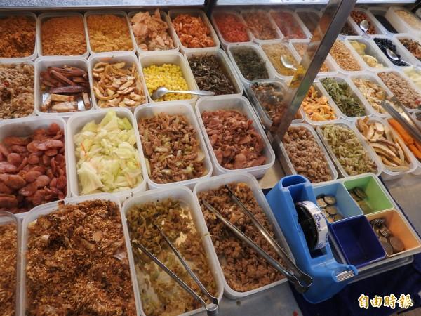 健康米飯再搭配葷、素共60種豐富配料。(記者方志賢攝)