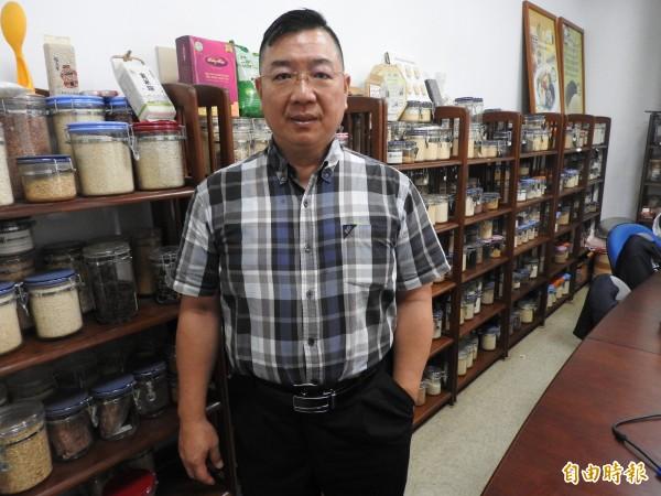 傳香老闆余政隆賣飯糰賣了30年,還收藏上千種米。(記者方志賢攝)