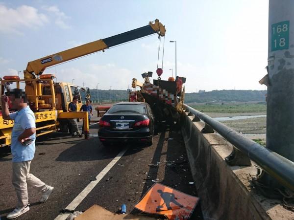 國三今早發生轎車追撞停放路肩的工程車意外。(記者張軒哲翻攝)