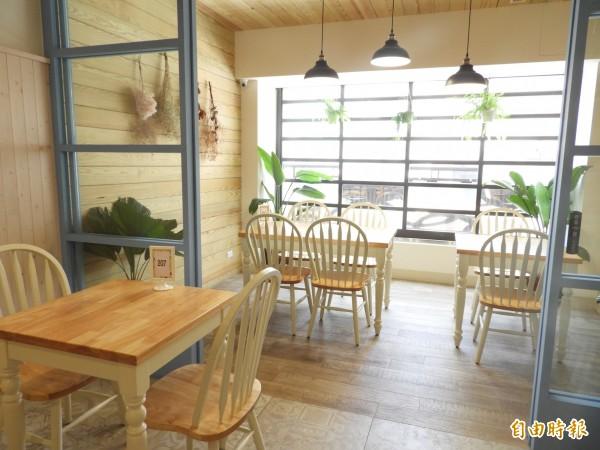 鄭亦筑開店圓夢,店內風格是她設計,二樓座位迎接陽光。(記者洪瑞琴攝)