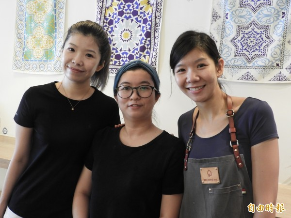 鄭家姊妹凱徽(左)、亦筑(妹妹)與表妹陳思含(中),3個女生開咖啡店,最美麗的組合。(記者洪瑞琴攝)