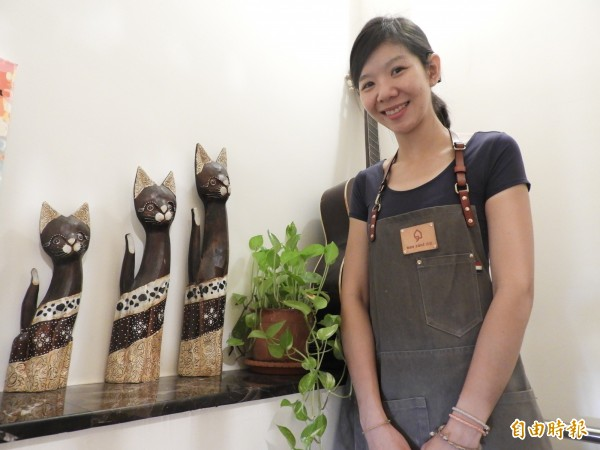 鄭亦筑喜愛收集貓咪造型擺飾。(記者洪瑞琴攝)