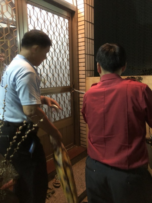 消防隊員趕到後,簡木通(左)才結束與蛇對峙局面。(簡木通提供)