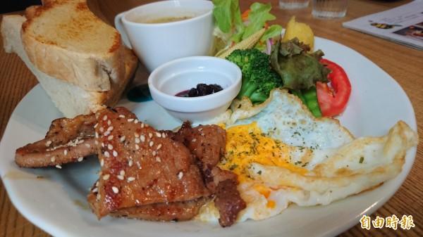 照燒豬肉搭配私房手工酵母麵包及沙拉。(記者劉婉君攝)
