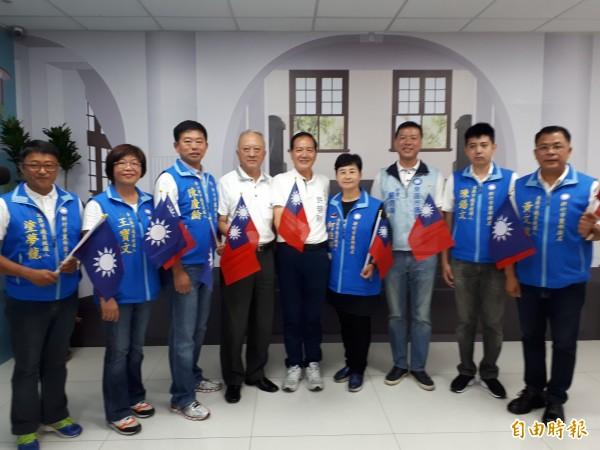 國民黨新竹市長參選人許明財(中)與7名市議員參選新人同台亮相,展現藍營團結氣勢,誓言重返執政。(記者洪美秀攝)