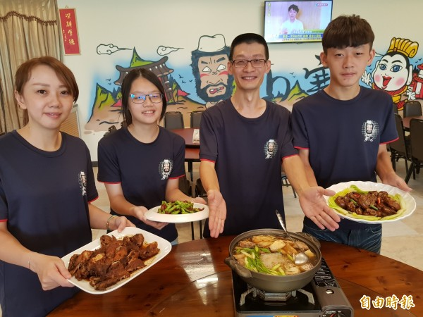 山寨餐廳,開業10年建立好口碑,標榜家庭料理的創意菜色,加上「阿佑師」賴俊佑(右2)1家5口同心服務,吸引不少人聞香而來。(記者王涵平攝)