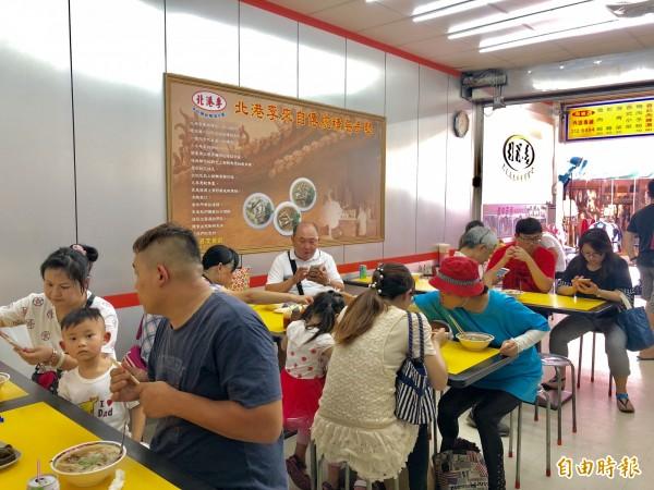 店內近30個座位,每逢用餐時間總是座無虛席。(記者魏瑾筠攝)