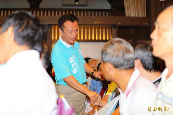 民進黨提名嘉義縣長參選人翁章梁向同志致意。(記者蔡宗勛攝)