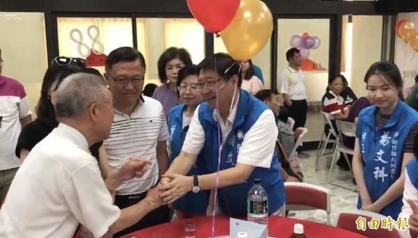 國民黨新竹縣長提名人楊文科說,未來他若當選縣長,會重新發放老人年金,恢復營養午餐和鄰長津貼。(記者黃美珠攝)
