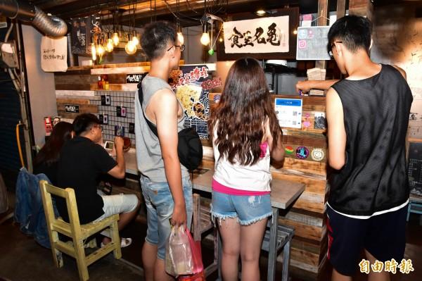 為於宜蘭縣羅東鎮民權路9號的食至名龜,每天下午4點半營業至11點,若晚來撲空是常有的事。(記者張議晨攝)