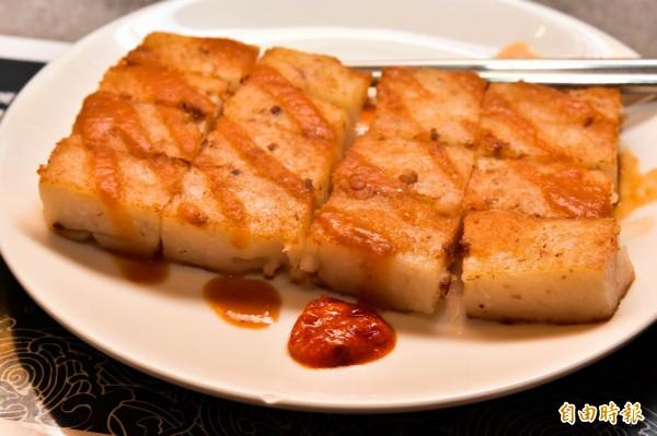 煎至焦黃的手工蘿蔔糕口感Q軟,配上特製辣椒醬、甜辣醬,是店內的人氣商品。(記者張議晨攝)