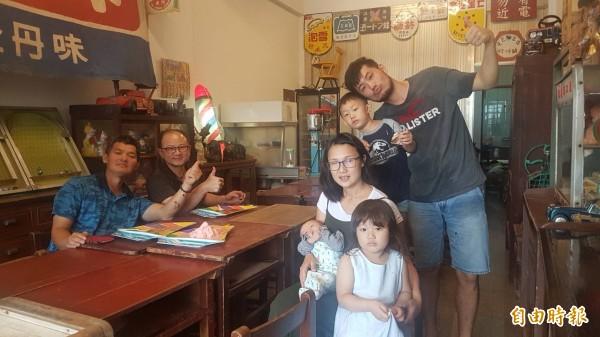 「MR.鬍鬚冰菓室」,邀民眾來呷冰及玩古早童玩。(記者丁偉杰攝)