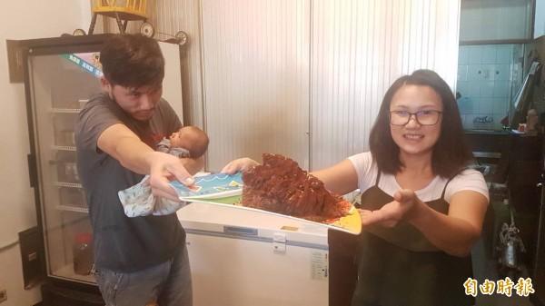 遲友軍與太太謝秀燕自創招牌創意髒髒冰等多款冰品。(記者丁偉杰攝)