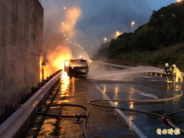 小貨車停於交流道匝道出口起火燃燒,火勢猛烈。(記者鄭名翔攝)