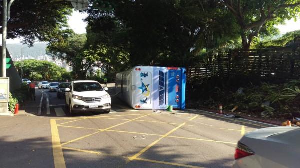 華興中學的校車,載完學生後,下山回停車場時,發生意外。(記者陳恩惠翻攝)